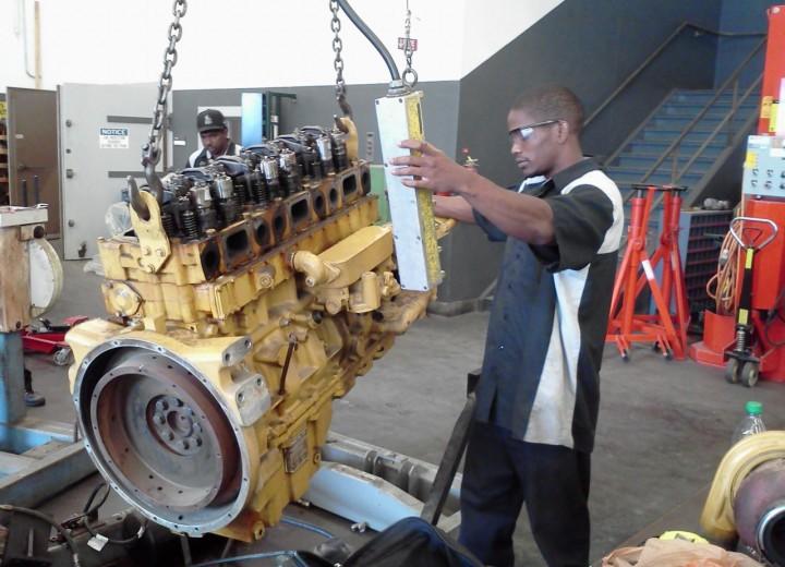Снятие двигателя в условиях мастерской